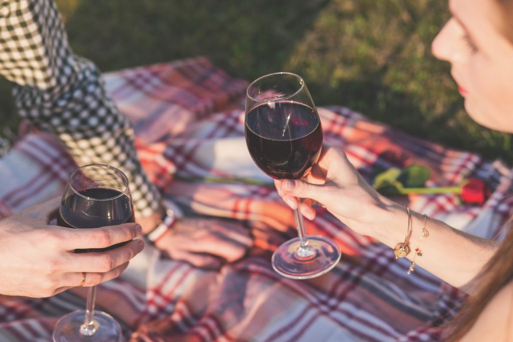 Date nights are so important to have! But sometimes it just seems out of the budget... Here are 43 fun and frugal date ideas to try with your sweetie!